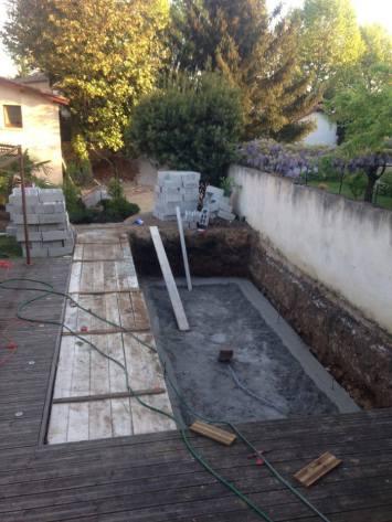 Premières coulées de béton concernant la dalle de piscine.