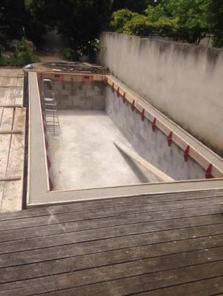 Les arrêtes de la piscine après coffrage.