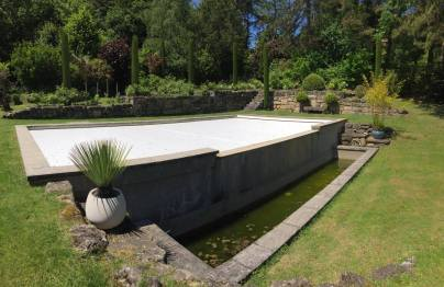 Création des murs décoratifs en pierre situés en arrière plan
