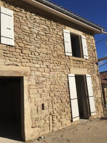 Piquage des anciens joints de la façade avant rejointage